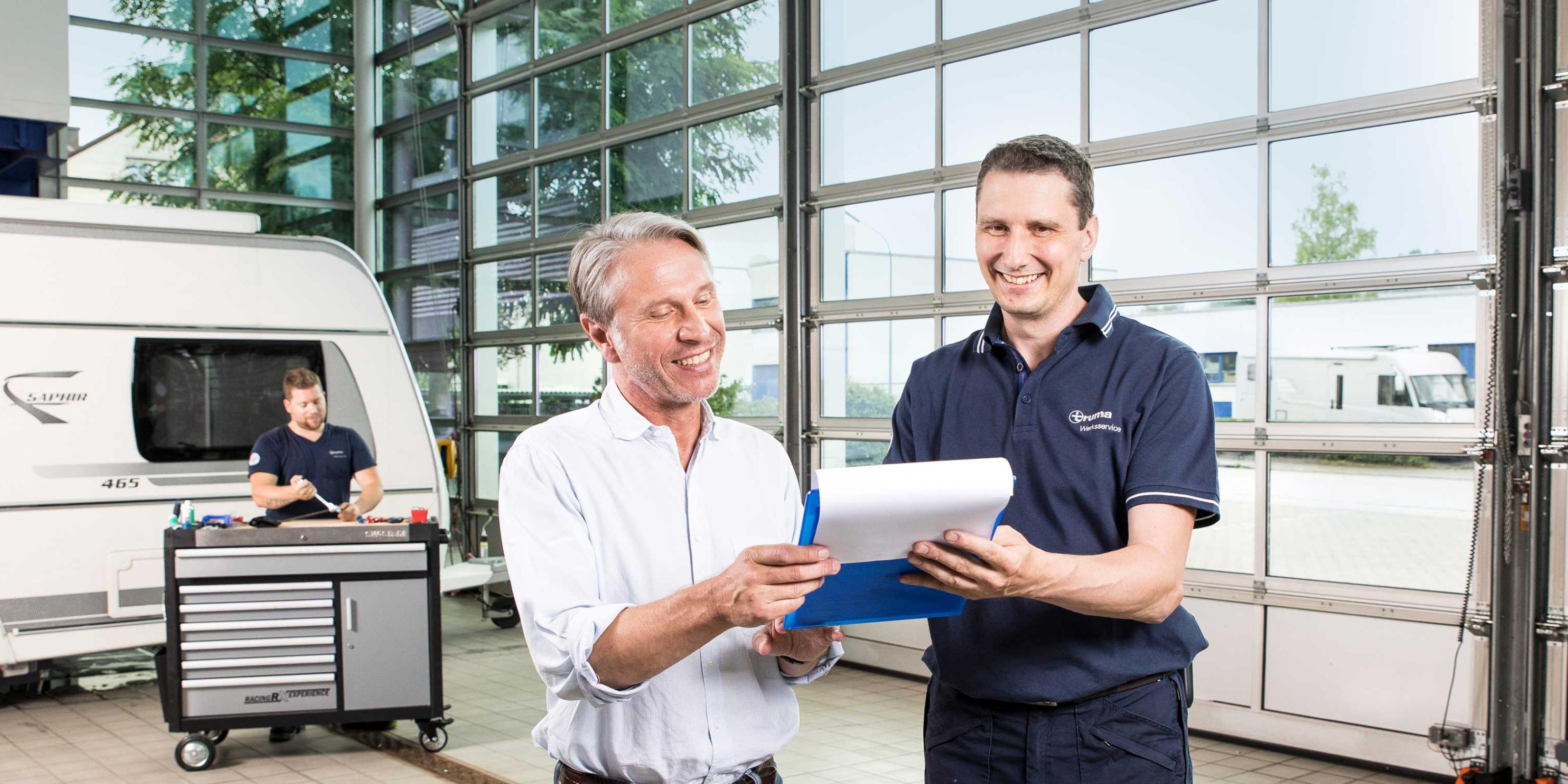 Truma employee shows a customer the workshop order
