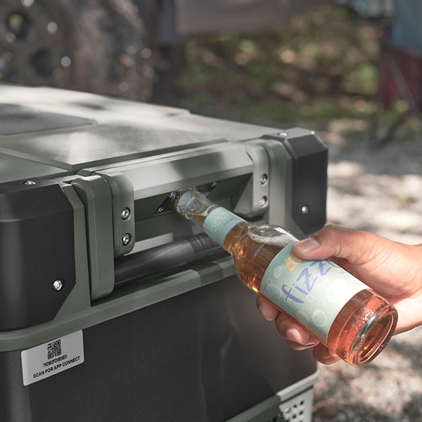 Flaschenöffnet am Truma Cooler